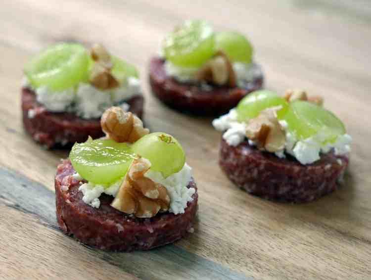 Hapje van cervelaatworst en geitenkaas | Foodaholic.nl