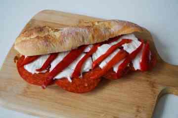 Broodje chorizo, mozzarella en paprika | Foodaholic.nl