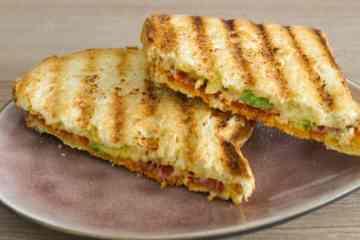 Tosti kaas, chorizo, avocado en rode peper | Foodaholic.nl