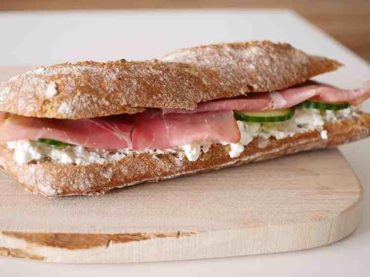 Broodje met rauwe ham en hüttenkäse | Foodaholic.nl