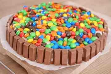KitKat M&M taart | Foodaholic.nl
