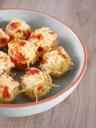 Mini pizza muffins met salami   Foodaholic.nl