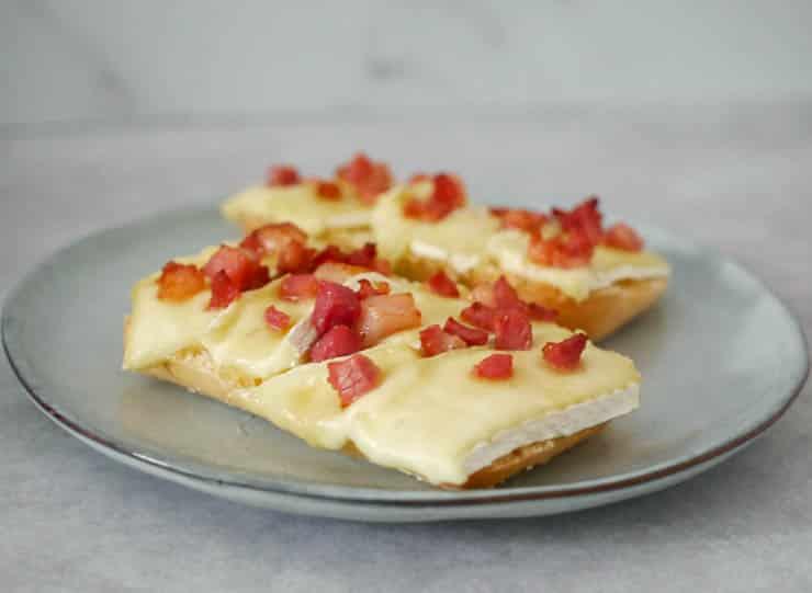 Broodje brie met spekjes en honing | Foodaholic.nl