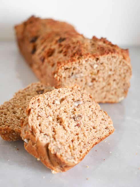 Spelt- kwarkbrood met pindakaas en pecannoten