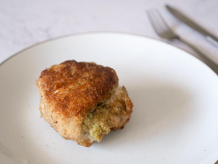 Gepaneerde kipschnitzel gevuld met heks'nkaas | Foodaholic.nl
