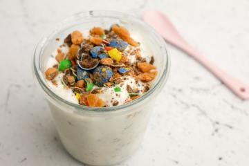 Zacht roomijs met stukjes M&M en karamel | Foodaholic.nl