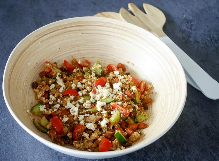 Quinoa salade met feta, noten en rozijnen | Foodaholic.nl