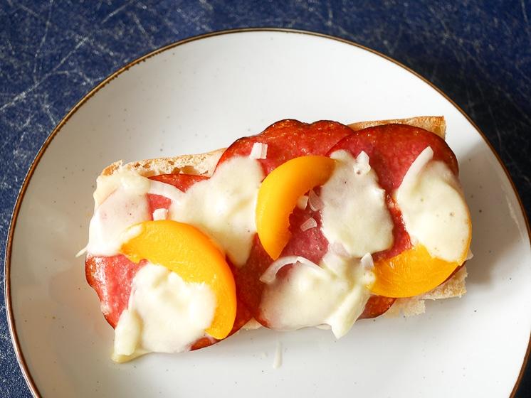 Broodje uit de oven met salami, mozzarella en perzik | Foodaholic.nl