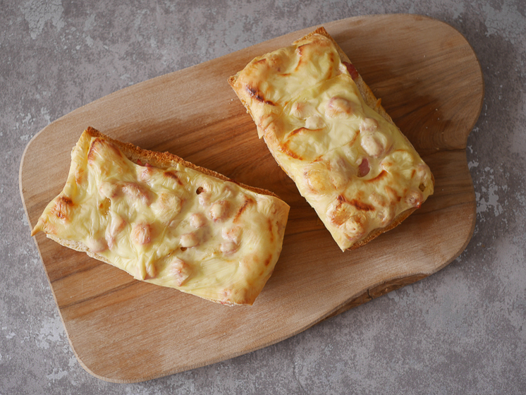 Broodje uit de oven met ham, kaas en ananas | Foodaholic.nl