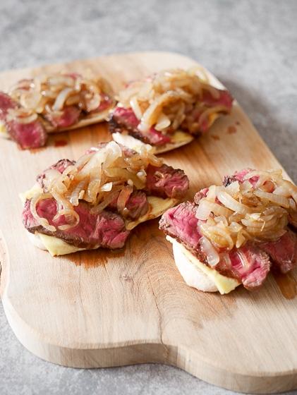 Snack broodje met kaas, rumpsteak en ui   Foodaholic.nl