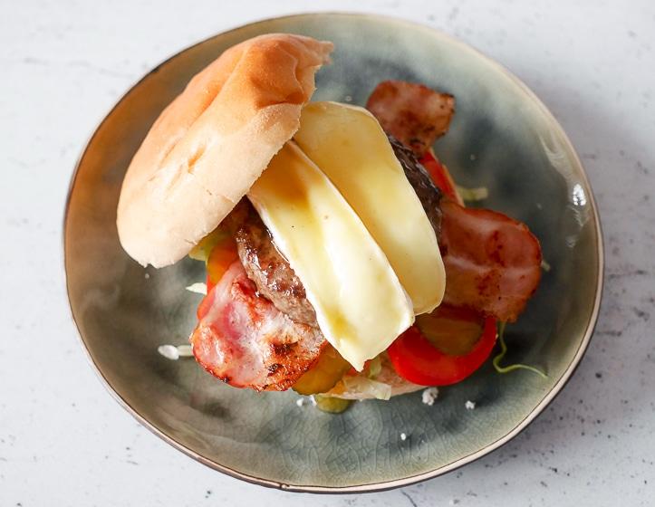 Burger met brie, honing, spek en tomaat | Foodaholic.nl