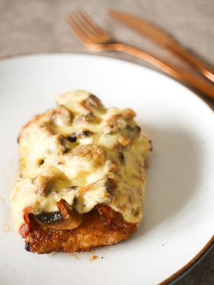 Schnitzel met champignons, ui, spek en gesmolten kaas | Foodaholic.nl