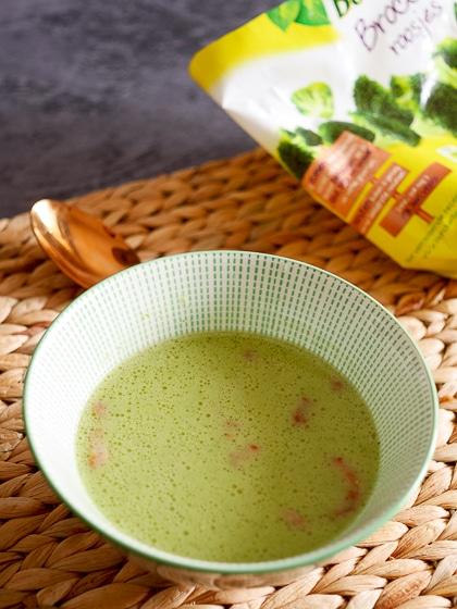 Romige broccolisoep met spekjes | Foodaholic.nl