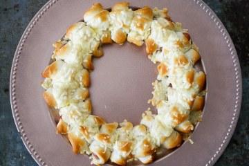 Krans van worstjes in croissantdeeg | Foodaholic.nl