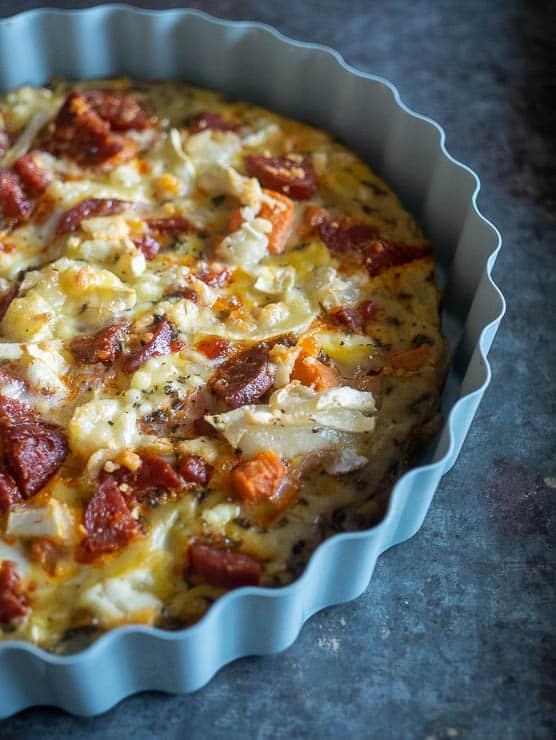 Frittata met geitenkaas, chorizo, champignons en zoete aardappel | Foodaholic.nl