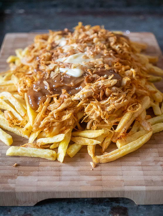 Verse friet met pulled chicken, satésaus, mayonaise, gefrituurde uitjes en atjar | Foodaholic.nl