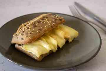 Broodje brie met appel uit de oven | Foodaholic.nl