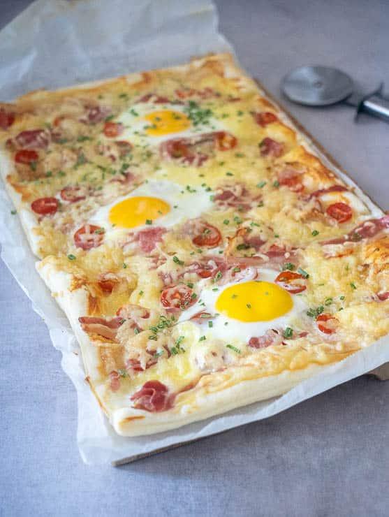 Plaattaart met ei, spek en tomaat | Foodaholic.nl