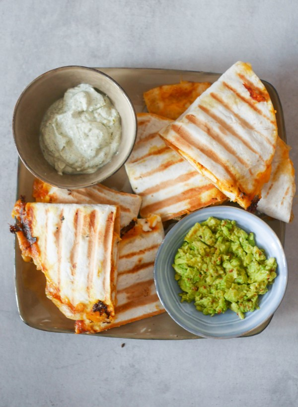 Quesadilla's met kaas, kip, ranch dip en guacamole | Foodaholic.nl