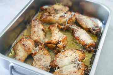 Kippenvleugeltjes met knoflook en Parmezaanse kaas | Foodaholic.nl