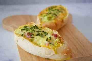 Broodjes gevuld met ei, spek, prei en kaas | Foodaholic.nl