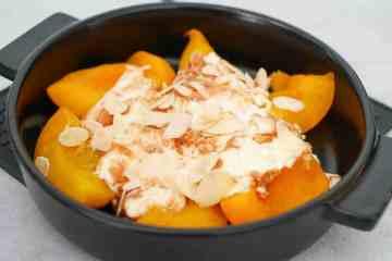 Perzik met mascarpone en notenpasta uit de oven | Foodaholic.nl