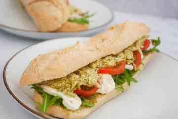 Broodje kip pesto met mozzarella en tomaat | Foodaholic.nl