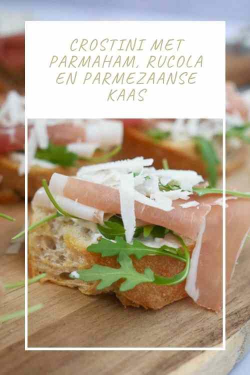 Crostini met parmaham, rucola en parmezaanse kaas | Foodaholic.nl