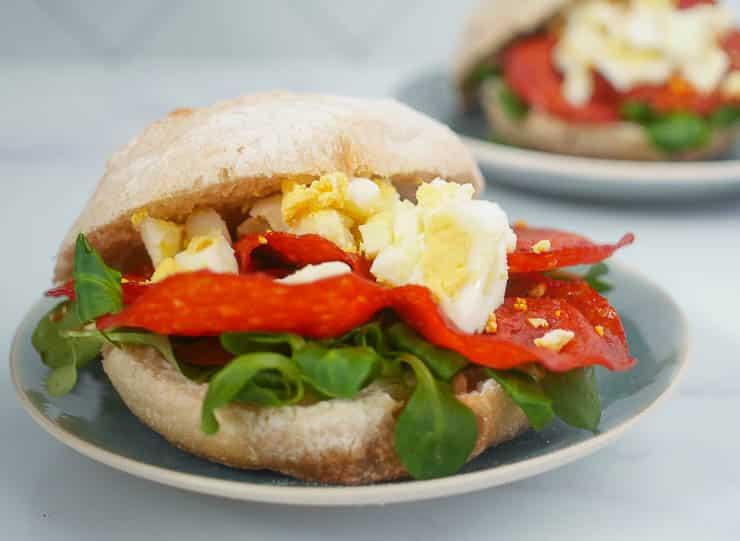 Broodje gebakken chorizo met verkruimelde ei | Foodaholic.nl