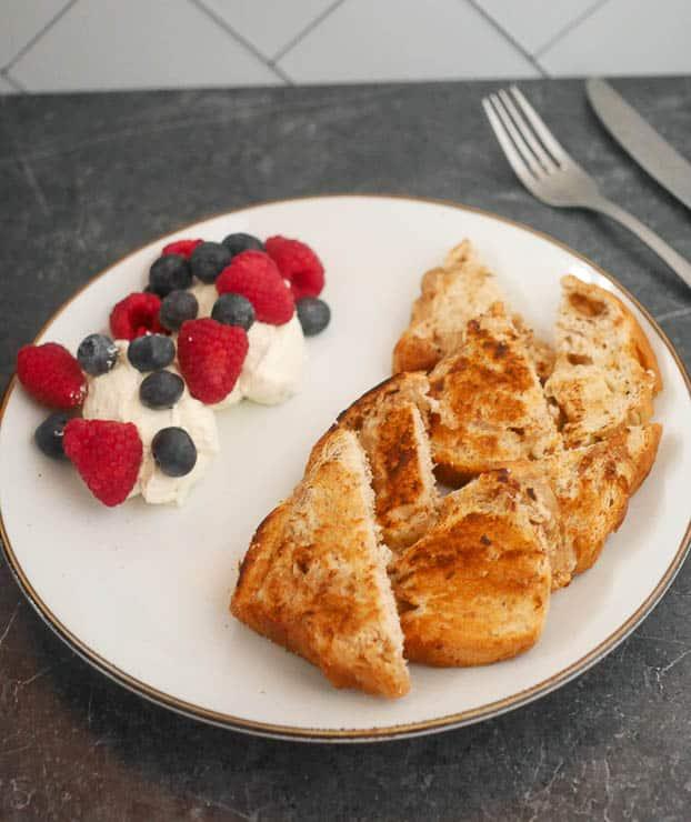 Gebakken suikerbrood met mascarpone en rood fruit | Foodaholic.nl