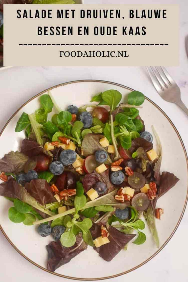 Salade met blauwe bessen, druiven en oude kaas | Foodaholic.nl