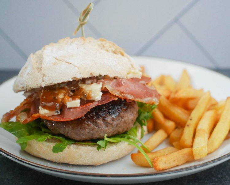 Burger met blauwe kaas, serranoham en vijgenchutney | Foodaholic.nl