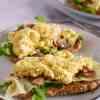 Toast met roerei, truffelkaas en champignons | Foodaholic.nl