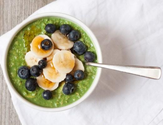 Groene thee havermout met banaan en blauwe bessen