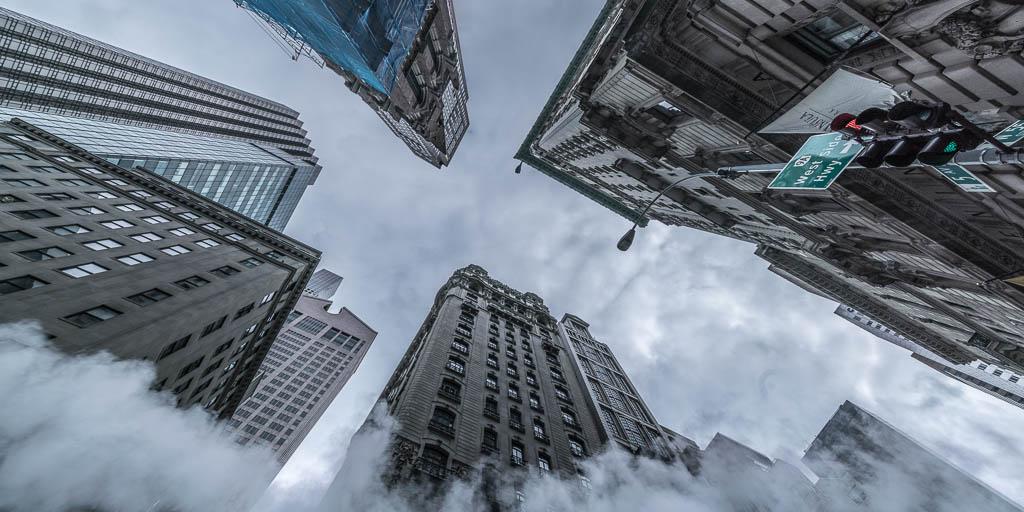 Die Wolkenkratzer der 5th Avenue aus der Froschperspektive.