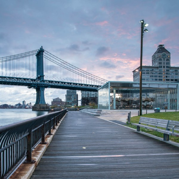 Blick auf die Brooklyn Bridge.