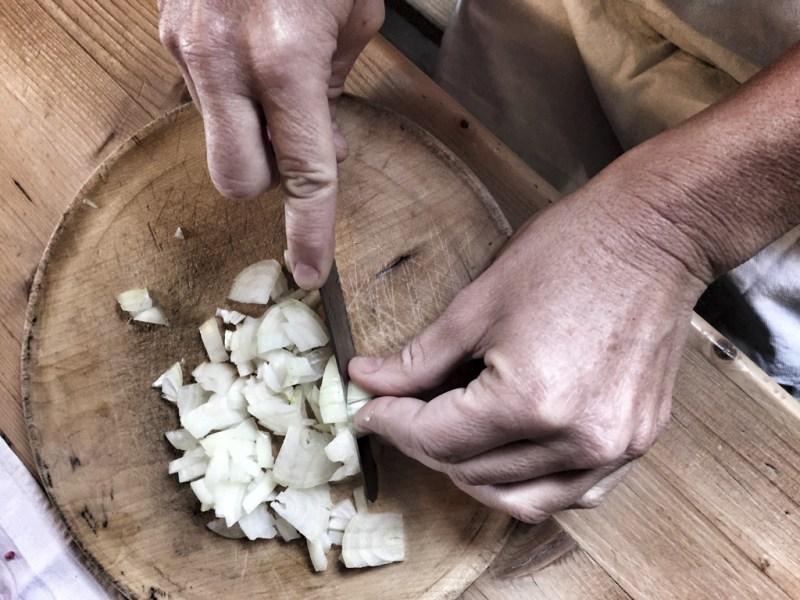 Zwiebel schneiden für die Kaspressknödel