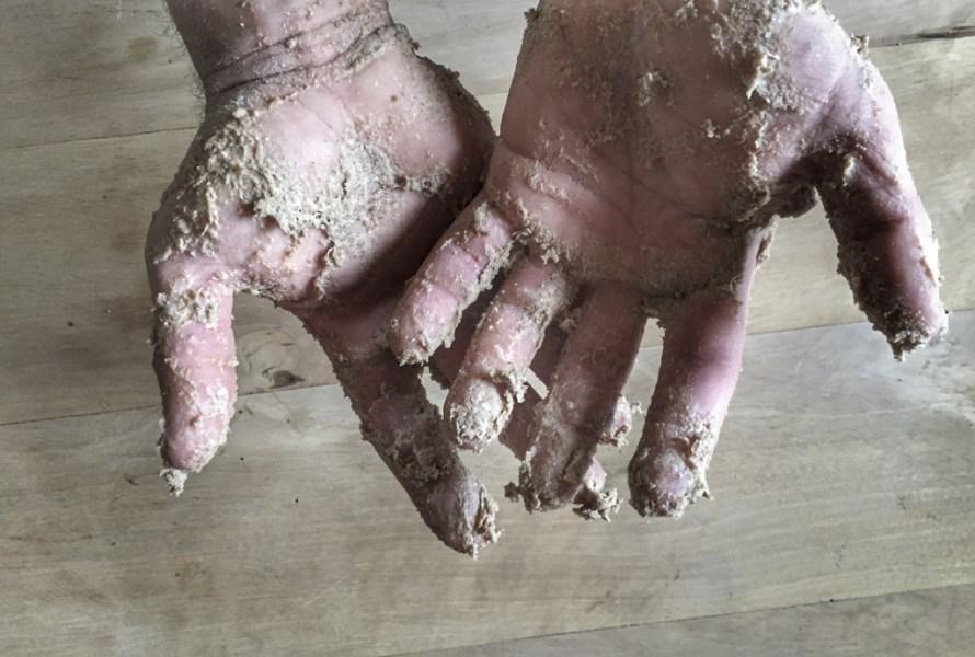 Hände mit Brotteigresten