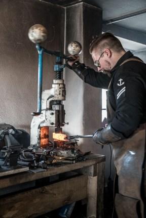 Ruaridh Pooler an dem handbetriebenen Presshammer