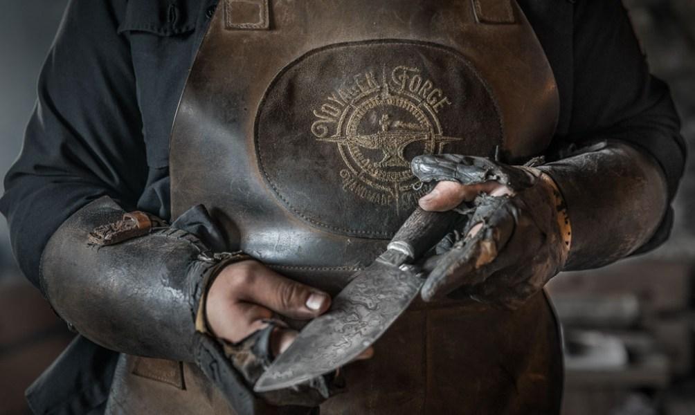 Ruaridh Pooler zeigt ein Messer