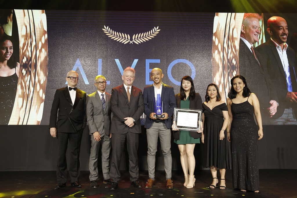 Solinea by Alveo won Best Premium Condo in Visayas and Mindanao. Aries Cajucom, Deputy Sales Head; and Sharleen Chua, Marketing Manager received the award for Alveo. The award was presented by (L-R) Lars Wittig, Country Manager of Regus; Christopher Lopez, Chief Commercial Officer of eComparemo; Chris Nelson, Chairman of the British Chamber of Commerce in the Philippines; Cristina Romero, Lamudi Head of Account Management; and Aina Cruz, Lamudi Head of Brand.
