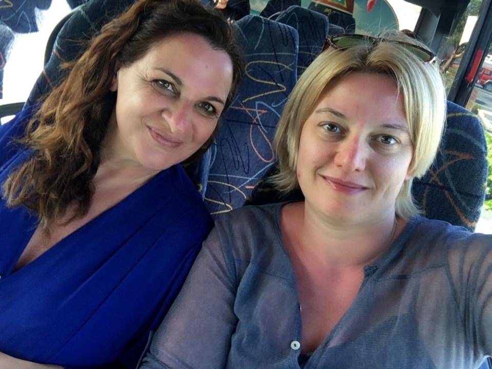 Raffaella e Moira sedute sul bus che le porta a Key West in un altro viaggio low cost