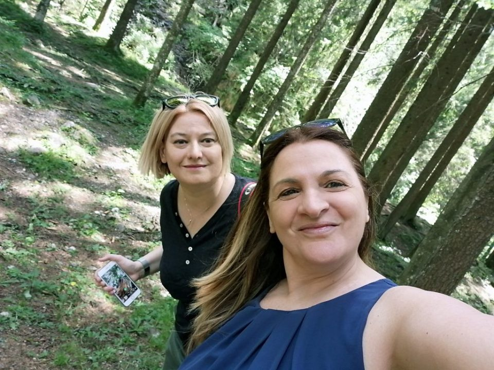 Due viaggiatrici: Moira e Raffaella nel boscoi