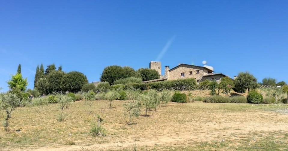 Sotto questa bella casa c'è il parcheggio principale di Monteriggioni