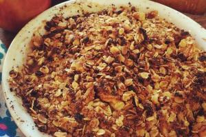 Cinnamon apple crumble