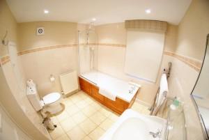 Carfraemill en-suite bathroom