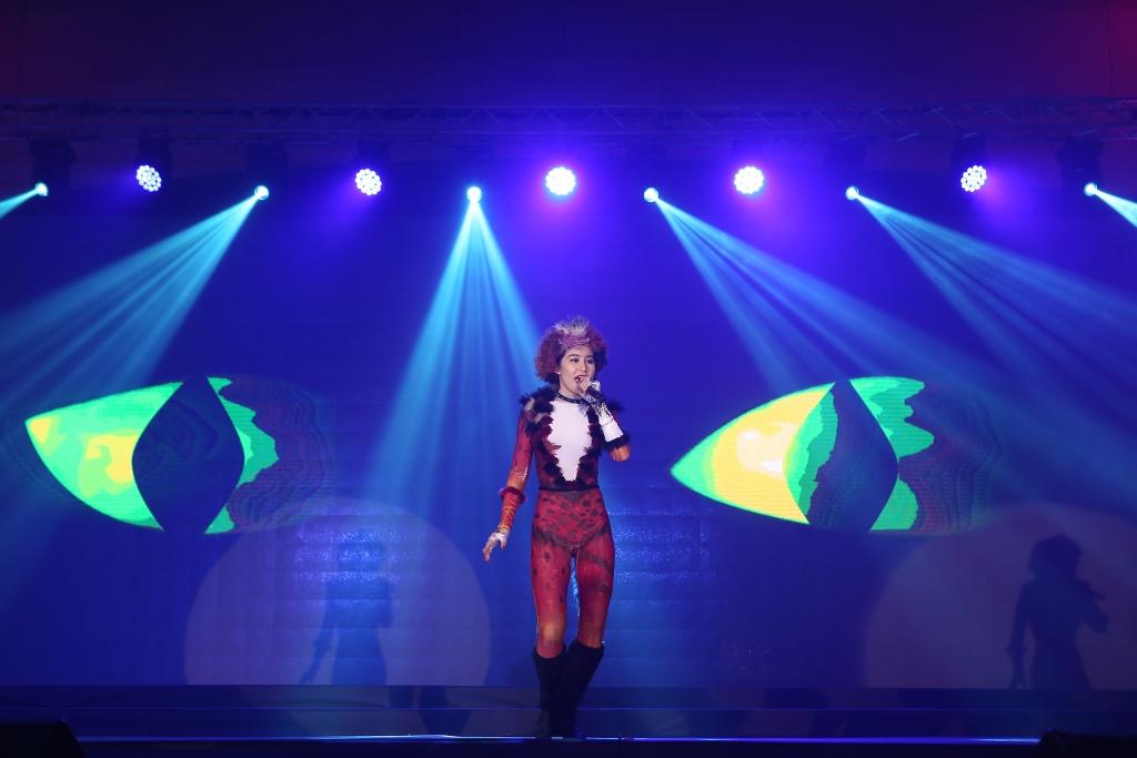 Singing by Yin Zhuo Qun of China, Shanghai
