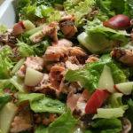 Salmone in insalata con semi di chia e pesca bianca