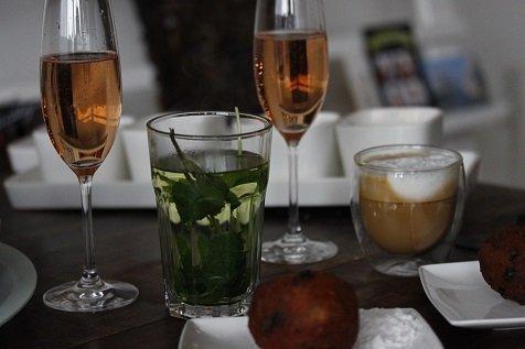 Nieuwjaarsontbijt met oliebollen en champagne