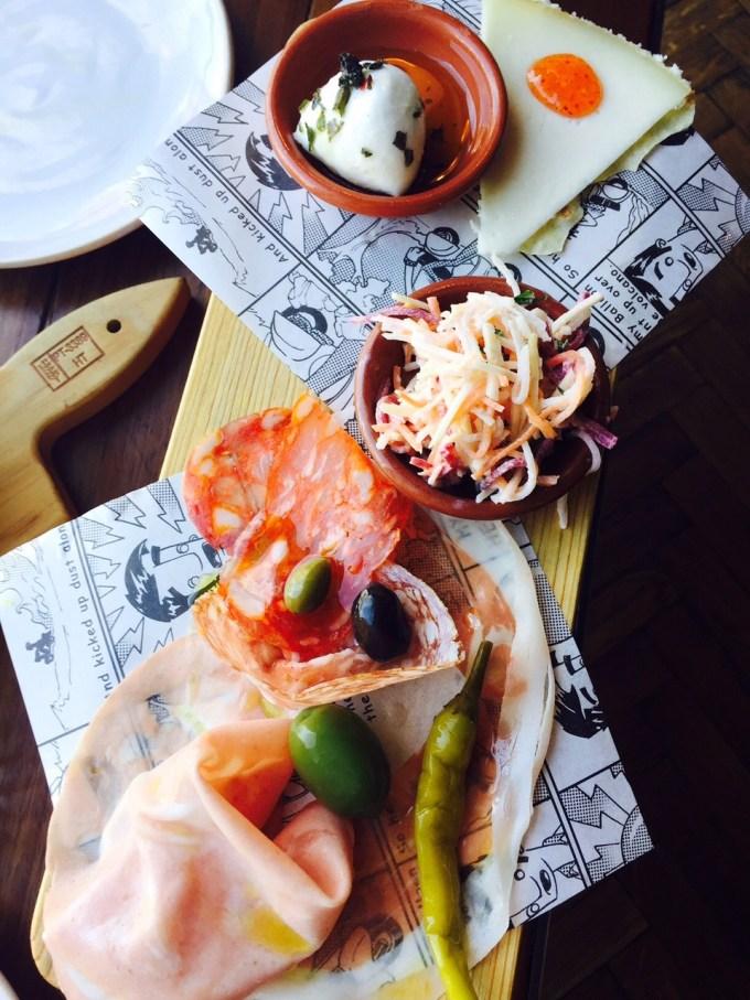 Lunchen bij Jamie Oliver in Rotterdam restaurant ervaring Foodblog Foodinista Starten met de plank met vleeswaren